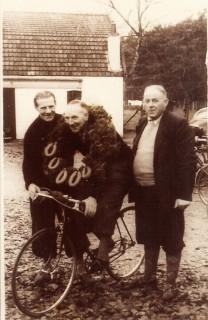 geschiedenis: Medeoprichter Henk Welle, in het midden met lauwerkrans met worsten.
